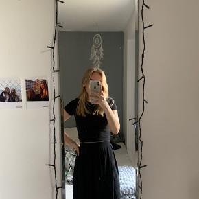 Mellemlang sort nederdel fra ASOS  Fejler intet, brugt 1 gang  🖤🖤