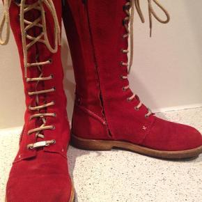 Varetype: Støvler Farve: Rød Oprindelig købspris: 1700 kr.  Jeg sælger disse skønne støvler i ruskind og foret med blødt svineskind. Pæne med alm brugstegn, men fejler ingenting. Farven er postkasse-rød Indvendig længde 24,4 cm ***Betaling kan ske med mobilepay eller TS + 5% sælgergebyr, og den angivne fragtpris er med DAO***
