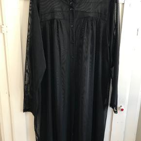 Skjorte/kjole str L. Sort transperant. Aldrig brugt.