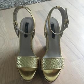 Varmen er snart på vej være klar til det med disse flotte sko. Be gold for your summer Girl🤩  De er brugt en gang  Bytter ikke :)   OBS. Hvis du overvejer at købe dem så grib chancen nu før jeg rejser i 2 måneder