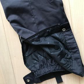 Super kvalitets ski bukser og jakke fra amerikanske Spyder. Str 38  Sælger jakke for 2000.- & bukser for 1500.-  Meget fin stand, brugt få gange.   Mange anvendelige og smarte detaljer. Aftagelig hætte og pels krage. Seler på bukserne kan tages af.  Nypris jakke 5000.-. & bukser 2500.- Kan prøves i Rungsted. Sender gerne