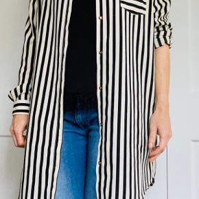 Rigtig fin stribet storskjorte. Meget stor i størrelsen (jeg bruger normalt small-medium)