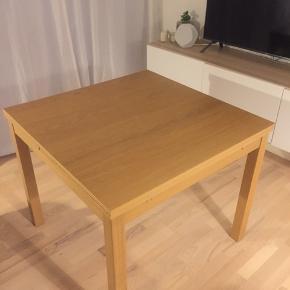 Sælger dette Bjursta bord fra IKEA, da jeg har fået et andet. Der er hollandsk udtræk. Bordet er en del år gammelt, men står stadig flot. Der er en enkelt overfladisk ridse i bordpladen (Se billede 3).  Bordet måler 90 x 90. Med begge tillægsplader trukket ud, måler bordet 168 cm.  Kan afhentes i Aalborg. Alternativt kan bordet tages med til Silkeborg eller Middelfart efter aftale 😊