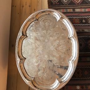 """Sælger denne fine, lidt retro """"sølv"""" bakke. Den har i princippet mange brugsspor, men det er jo looket 💐🕯  Er rigtig fin med lys eller andre dekorationer på! Og vil sikkert skinne lidt mere efter en pudsning 🌟  Nypris: 650 kr Byd! Mål kommer...  Skal afhentes hos mig på Nørrebro ✨"""