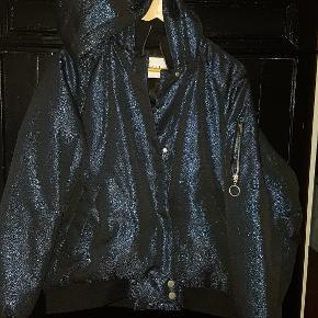 Navy glimmer jakke. Nypris 950kr. Aldrig brugt.