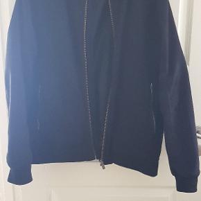 Produkt: 100% polyester  Strl: xl  Sælges fordi jeg ikke får den brugt desværre.