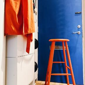 Populære barstole fra trævarefabrikerners udsalg. Malet i orange farver. De sælges samlet.  Ny pris per styk 799kr