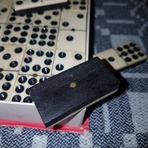 Et smukt spil domino i ægte mahogni og ægte ben