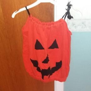 Klar til Halloween. Græskarkjole - eget design. Passer 4-6 år. Kan bruges både til udklædning og som kjole. Syet i isolistof Halloween