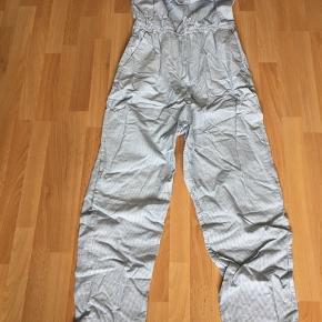 Helt ny stribet buksedragt i hvid/blå, aldrig brugt.