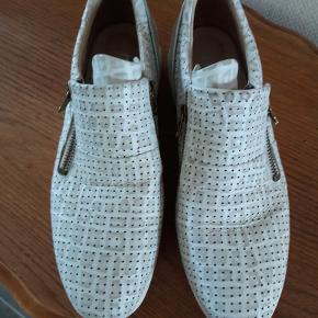 Varetype: Skind sko Farve: se foto + Fragt  Oprindelig købspris: 500 kr.  Smal model