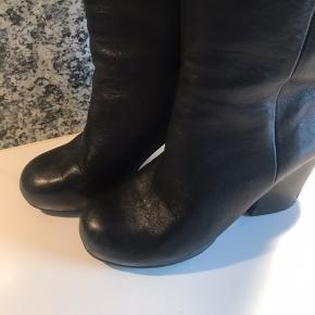 Bløde Acne støvler  Brugsspor på hælen  Hæl højde:9 cm  Skaft til hæl:42 cm Skaft vidde top: 40 cm Indvendig sål 2 cm