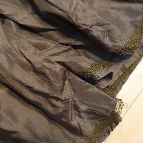 Fin nederdel i 100% silke. Den er i to lag.