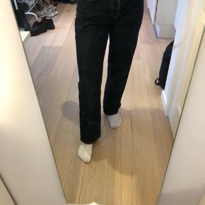 Mørkeblå jeans med super cool fedt fra Weekday i modellen Voyage. Str. 28/30 Sælges da de desværre er for store.