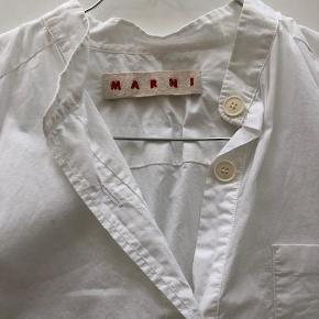 Varetype: Lækker skjorte Størrelse: IT40 (36-38) Farve: Hvid Oprindelig købspris: 2995 kr.  Rigtig lækker skjorte. Brugt en gang, vasket og fremstår som ny. Derfor skrevet ny. Købt i Birger Christensen sidste år. Kun brugt en gang, så nu sælges den. Se sidste billede i pink - min er hvid, men samme model.   Bytter ikke.  Sender med GLS, og sælger gerne via TS, hvis køber betaler gebyret.