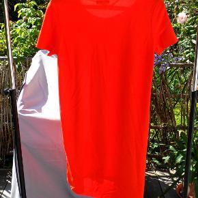 Søde enkelt kjole, lidt længere bagpå (rød/orange)