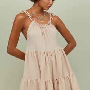 Kjole med flæser fra H&m Fra den nye kollektion  Sælges kun hvis jeg får prisen for den.