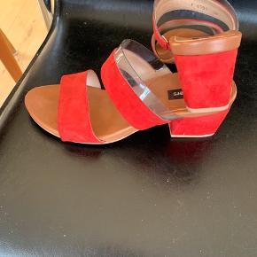 Lækre Wonders sandaler fra 2019, lækker rødt nubuck skind og smart silicone kant. Passer ikke helt til mine tæer, derfor de små ridser foran og den billige pris. Er ellers helt fine, ikke brugt ret meget
