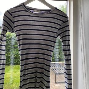 Fin stribet trøje fra Mads Nørregaard  Vasket et par gange ellers ingen tegn på slid Str:xs  Mp:150kr