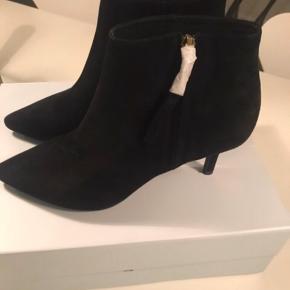 Sælger disse klassiske støvler i sort ruskind str. 39 - højde på hæl 7 cm :-) Har aldrig været brugt - nypris 1200 og mp er 650 pp :-)