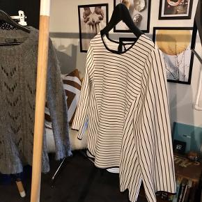 Hvid bluse med sorte striber