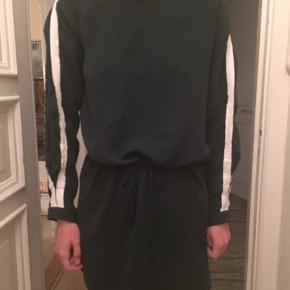 Mørkegrøn envii kjole som kan bindes på maven, og har fine hvide striber langs ærmerne💚 BYD gerne!