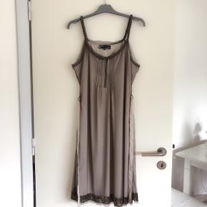 Nü by Staff lækker selskabskjole str XL. Brystmål er ca 2x52 cm og længde 108 cm