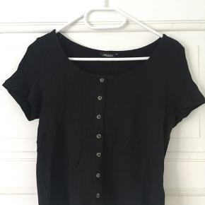 T-shirts fra Monki 25 kr. stykket - sælges samlet for 40 kr.