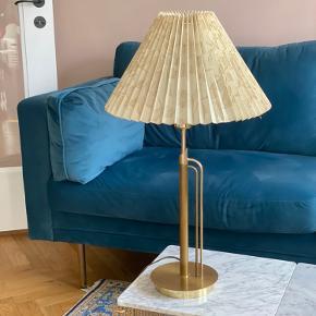 Retro massiv messing guld bordlampe med cremefarvet lampeskærm. Meget velholdt.  Højde med lampeskærm 62 Bredde på lampeskærm 35 cm Bredde på bunden af lampeskærm 16 cm