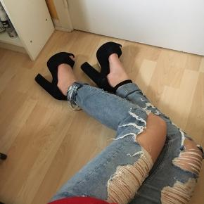 Sælger både bukser og sko (se anden annonce for sko). Bukser brugt 2-3 gange, nypris 350 kr., sælges billigt, da jeg ikke får dem brugt 😊