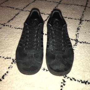 Sælger disse Adidas Gazelle sneakers, i en størrelse 36 2/3. Få tegn på slid, men ikke noget man ligger mærke til når de er sorte:)