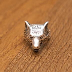 Gucci Anger Forrest Wolf Sølv Ring Meget lidt brugt. Købt i Gucci butik i London.  Størrelse Gucci 19 (France - 59, UK - R, US - 8 3/4, Japan - 18.3). Den er 59mm i omkreds.  Kan afhentes på Christianshavn.