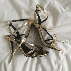 Galla sko, aldrig brugt. Sender gerne flere billeder. Mellem hæl, men behagelig at have på.