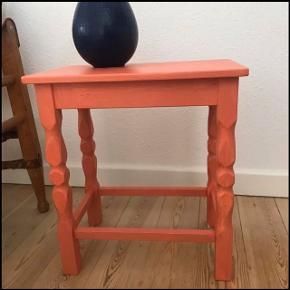 Smukt lille retro bord / skammel i egetræ 🌳 malet en smuk lyserød farve. Skamlen er af ældre dato, men malingen er ny, og den står derfor super flot 🌷 kan bruges som sidebord eller sofabord ☕️ eller måske sengebord - kun fantasien sætter grænser 🙌🏼 måler ca. 45 cm i højden, 40 cm i længden og 26,5 cm i bredden. Stol og vase sælges ikke!  Bemærk - afhentes i Hasle. Bytter ikke 🌸  ⭐️  Skammel retro loppefund bord lille sofabord sofa side eg egetræ træ malet pink lyserød koral coral maling moderne nat