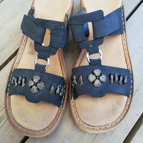 Flotte sandaler i mørkeblå. Remmen kan spændes ind over vristen. De er desværre lidt for små til mig derfor sælger jeg dem.