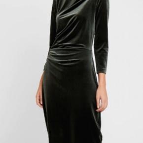 Få 10% ved at følge shoppen på Instagram: @wornbyyou_ 🤗   Smuk grøn velour kjole. Kun brugt en enkelt gang.
