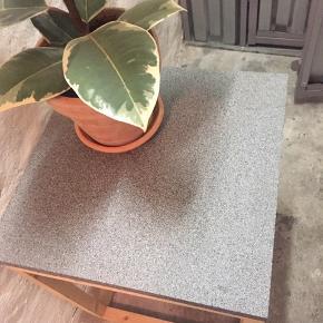 Lille sofabord, sidebord, plante opsats, you name it.  46 cm højt.  Pladen er bare lagt på stativet.