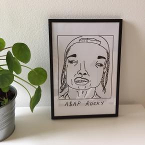 Plakat med ASAP Rocky, som er købt på Etsy. Måler 21x30. Sælges med ramme ✨