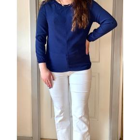 Smuk koboltblå bluse i et klassisk snit - kan både dresses op og ned Fremstår som ny 🌷