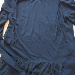 Sort Pompdelux bluse med blondekant forneden, str. 134-140. Kun brugt ganske få gange. Sælges for 70 kr. pp, men KUN via Mobilepay.