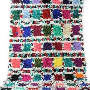 Tæppet er håndlavet og måler 230x115 cm. Tæppet kan afhentes eller sendes med GLS. Det er ikke muligt at sende med DAO, da tæppet både fylder og vejer for meget.