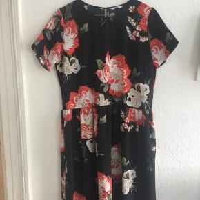 Fin lang sort kjole med røde blomster