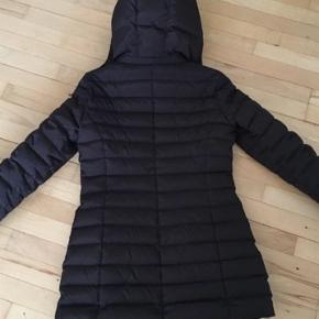 Armani jakke sælges i brun. Brugt enkelte gange. Str small