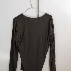 Virkelig fin trøje fra D&G, den er brugt et par gange men har ingen tydelige tegn på slid. Byd :)