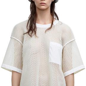 Varetype: Acne mesh t-shirt Farve: Creme Oprindelig købspris: 2200 kr.  Brugt en enkelt gang.   Sender med Dao medmindre andet aftales. Handler gerne mobilpay. Ved ts handel betaler køber gebyr.