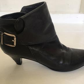 Støvletterne er fra Sinela - made in Spain.  De er købt i Notabene til 3000,- kr.  De er virkelig lækre og er blevet forsålet under forfoden for at passe på lædersålen.  Der er lidt hakker i hælen - derfor den lave pris. De er blevet brugt ca. 3-4 gange.