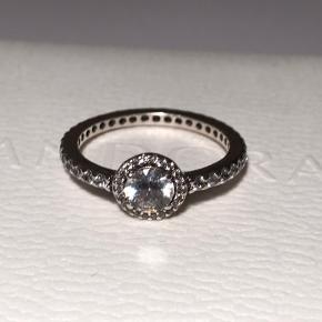Fin ring fra Pandora i sterling sølv og med kubisk zirkonia sten. Størrelse 52. Brugt få gange, så står som næsten ny ✨  Tjek min profil for flere Pandora smykker og charms i både sølv, shine og rose 💍  Æsken medfølger ikke.
