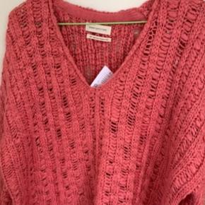 Har EN xtra i str. S Varm rosa / 'pink' farvet loose lidt oversize sweater fra UO i str S. (Har den også i M & XS se andre annoncer ift mål) Mål: længde ca 61 - 62 cm Bredde fra ærmegab til ærmegab ca 62-63 cm Ærmer målt fra lav skulderkant og ned ca 48 cm. Materiale r acryl, der står håndvask i mærke, men har en i brug, som r vasket i maskine uden problemer. Sælges for langt under halv pris plus porto Nypris 525 i UO på strøget forår '19 De sidste billeder er fra nettet!