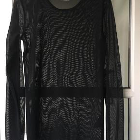 Varetype: Transparent bluse Farve: sort Oprindelig købspris: 400 kr.  Fin tætsiddende bluse i transparent bluse, som er dobbelt foran. Lange ærmer som kan rynkes op.