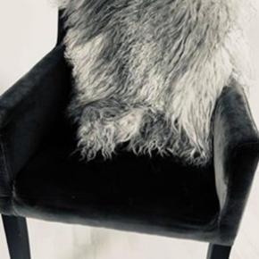 Man sidder rigtig godt i stolen, desværre er stoffet lidt falmet, brug et skind over.  Har ikke plads til stolen derfor den videre  Nypris 3.699,-  Skindet følger ikke med
